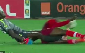 Sốc: Trọng tài bật khóc sau khi chứng kiến thủ môn bị gãy chân rùng rợn