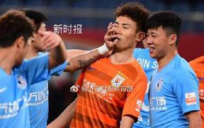 Sốc: Cầu thủ Trung Quốc mất bình tĩnh, nhận thẻ đỏ trực tiếp sau khi móc mũi, tát đối thủ ngay trên sân