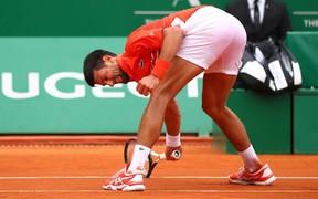 Djokovic nổi giận đập nát vợt, ném vợt về phía khán giả ở trận ra quân Monte Carlo Masters