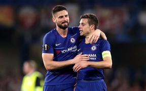 Arsenal thắng nhẹ, Chelsea thắng trong sợ hãi, hú vía vào bán kết Europa League