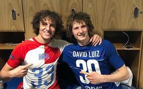 """Hài hước hình ảnh """"David Luiz giả"""" ra chúc mừng """"David Luiz thật"""" sau chiến thắng của Chelsea tại Europa League"""