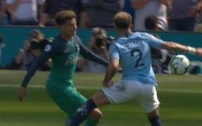Nhờ Ngoại hạng Anh không có VAR, Man City thoát penalty hú vía trước đội bóng của Son Heung-min