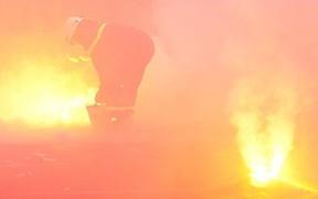 Những con người lầm lũi lao vào làn khói mù mịt, dập tắt cơn mưa pháo sáng của cổ động viên Hải Phòng