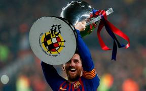 Messi lại hóa siêu anh hùng, Barcelona nâng cúp vô địch La Liga trước 3 vòng đấu
