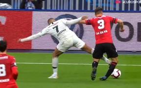 Truyền nhân Quả bóng vàng của Ronaldo và Messi đạp đối thủ ghê rợn, nhận thẻ đỏ ngay lập tức
