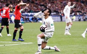 """Cầu thủ đắt giá nhất thế giới Neymar nổi đóa, đấm CĐV """"không trượt phát nào"""" sau khi bại trận tại chung kết cúp Quốc gia Pháp"""