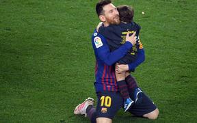 Khoảnh khắc đẹp ngày Barcelona vô địch La Liga: Messi quỳ rạp xuống sân, hạnh phúc ôm chầm con trai