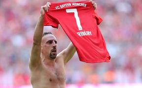 Khoảnh khắc cho thấy vẻ đẹp tuyệt vời của bóng đá: Hai huyền thoại của ông vua nước Đức xúc động nghẹn ngào, rơi lệ khi ghi bàn trong trận đấu cuối