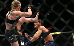 """""""Troll"""" đối thủ cực mạnh bằng việc mặc áo chống đạn, nữ võ sĩ gặp cái kết cực đắng"""