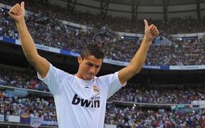 Siêu tiền vệ giá 98 triệu euro ra mắt hoành tráng và hầm hố là thế nhưng vẫn chưa là gì nếu so với Ronaldo