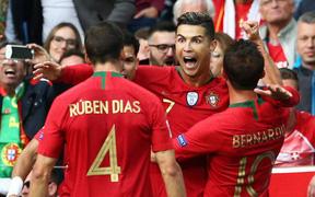 Video: Siêu phẩm sút phạt của Ronaldo vào lưới Thụy Sĩ nhìn từ góc máy khán giả