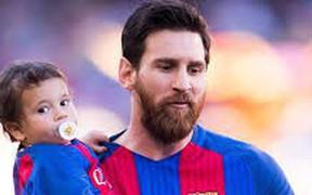 Cậu ấm nhà Messi có biểu cảm cực ngầu, mới 3 tuổi đã được các fan khen tới tấp vì có tư chất giống hệt bố