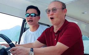 HLV Park Hang-seo hào hứng lái du thuyền trên Vịnh Hạ Long
