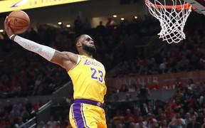 """Lý do """"buồn cười"""" khiến LeBron James quyết tâm tập ném tay phải"""