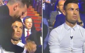 Cười nghiêng ngả với biểu cảm cực đắt giá của Ronaldo khi chứng kiến Messi ẵm danh hiệu cao quý ngay trước mắt