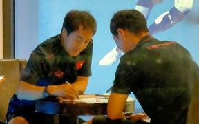 Trợ lý HLV Park Hang-seo cần mẫn làm việc ngay sau bữa tối của U22 Việt Nam