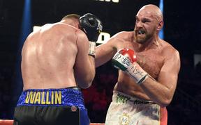 """Chấn thương mắt nghiêm trọng, """"Gã hề"""" Tyson Fury vẫn hạ thuyết phục đối thủ bất bại"""