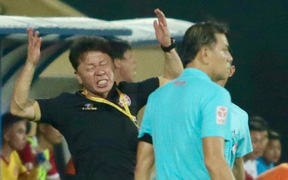 Bạn thân thầy Park phản ứng dữ dội với trọng tài V.League trong trận Nam Định hòa TP. Hồ Chí Minh
