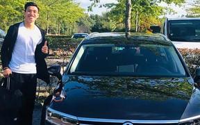 Đoàn Văn Hậu cực tươi tắn check-in bên ô tô riêng tại Hà Lan