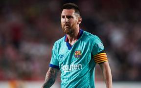 Barca thảm bại trước đội bóng mới lên hạng cùng loạt thống kê siêu tệ hại, fan đồng loạt kêu gọi sa thải ông thầy được Messi hết lòng ủng hộ