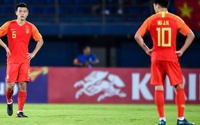 """Pha đá phạt như """"dân nghiệp dư"""" của U23 Trung Quốc khiến truyền thông quê nhà phẫn nộ, BLV trên truyền hình thì cười """"không nhặt được mồm"""""""