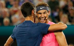 """Trong lần hiếm hoi trở thành đồng đội, Djokovic cũng phải đứng hình trước màn """"ngón tay thối"""" khó đỡ của Nadal"""