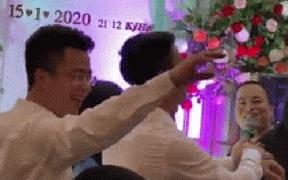 Duy Mạnh nhún nhảy như dân chơi trên nền nhạc xập xình sau lễ ăn hỏi khiến Quỳnh Anh cười ngặt nghẽo