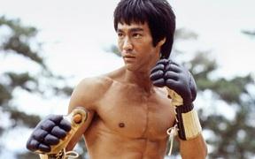 Lộ clip hiếm minh chứng sức mạnh khủng khiếp của Lý Tiểu Long: Một đấm mà uy lực tựa ngàn cân, khiến nhà vô địch karate thế giới phục sát đất
