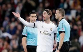 """Góc lươn lẹo: Trợ lý HLV tung chiêu bẩn để cầm hòa Real Madrid nhưng """"lưới trời lồng lộng"""", cuối cùng phải nhận hình phạt cực nghiêm khắc từ trọng tài"""