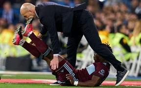 Ngày đen đủ đường của huyền thoại Zidane: Lĩnh cú đạp gầm giày từ cầu thủ đối phương vào mặt, dàn học trò toàn sao cũng bất lực trước đối thủ ngon ăn