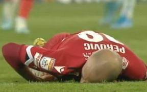 Khoảnh khắc gây sốc: Cầu thủ đổ gục xuống sân bất tỉnh và đối mặt tử thần sau khi dính cú đá mạnh trúng mặt