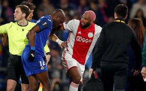Cầu thủ tấu hài cực mạnh sau pha phạm lỗi khiến đối thủ chấn thương: Giả vờ lăn lộn, đi cà nhắc để nhạo báng đối thủ