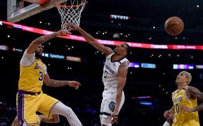 """""""Hào phóng tặng đối phương đến 7 blocks"""", Anthony Davis góp công lớn giúp Los Angeles Lakers vượt qua Memphis Grizzlies"""
