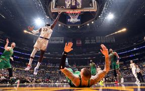 """Bất chấp Jayson Tatum """"lên đồng"""", LeBron James dẫn dắt Los Angeles Lakers đến với chiến thắng nghẹt thở trước Boston Celtics"""