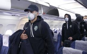 Đeo găng tay y tế và bịt khẩu trang kín mít, đội bóng Bulgaria bộc lộ sự căng thẳng cao độ khi tới Ý thi đấu Cúp châu Âu