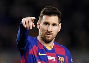 Bị lăng mạ thậm tệ, Messi từng suýt choảng đồng đội trong phòng thay đồ