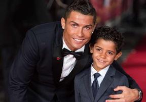 Vì sao cầu thủ bóng đá thường có con từ khi còn rất trẻ?