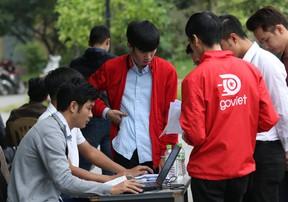 Người hâm mộ xếp hàng nhận vé Online trận Việt Nam - Malaysia