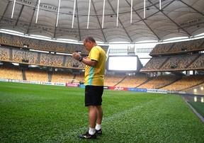Thầy Park cầu nguyện trong buổi tập ĐT Việt Nam làm quen sân Bukit Jalil