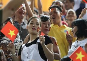 Người hâm mộ Việt Nam quẩy tung trời tại SVĐ quốc gia Campuchia dù trận đấu mới kết thúc hiêp 1
