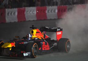 Xe đua F1 khuấy động không khí Hà Nội với phần trình diễn mãn nhãn