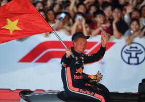 Đã mắt với pha drift vòng tròn ấn tượng của tay đua F1 huyền thoại