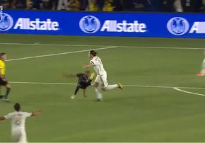 Lập hat-trick, Ibrahimovic hất ngã đối thủ trên đường chạy ăn mừng