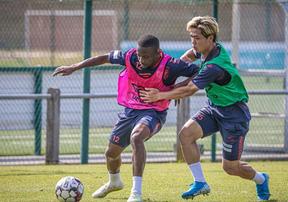 Công Phượng thoải mái tập luyện cùng đồng đội tại Bỉ