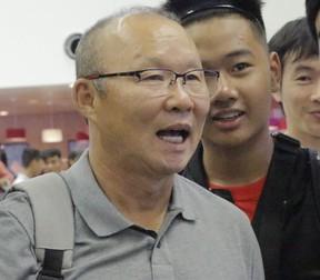 Thầy Park làm biểu cảm đáng yêu khi chụp ảnh cùng fan, Đức Chinh hóa nhiếp ảnh gia trong ngày đội tuyển Việt Nam lên đường tập huấn