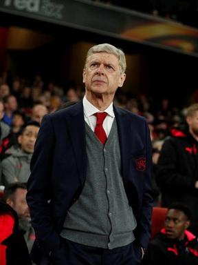 Arsene Wenger muốn áp dụng luật đá biên vào sân 11 người