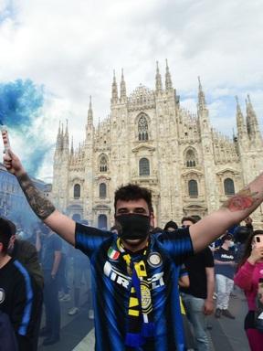 Hàng nghìn CĐV Inter đổ ra đường ăn mừng vô địch, nhiều người không đeo khẩu trang