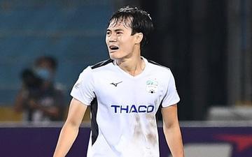 Đồng đội mải ăn mừng, Văn Toàn một mình cầm bóng về giữa sân và hò hét yêu cầu tất cả về vị trí