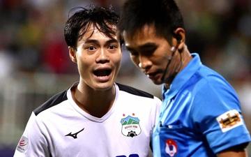Văn Toàn phản ứng cực gắt khi cầu thủ HAGL phải nhận thẻ vàng dù ngã trong vòng cấm ở đại chiến với Hà Nội FC