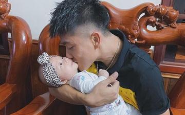 """Phan Văn Đức khiến tất cả phì cười với biểu cảm """"nũng nịu"""" khi cố gắng nhờ vợ bế con gái"""